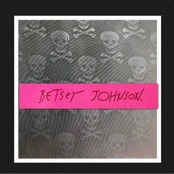 d6a5bb4b59d Betsey Johnson Black Embossed Skull Queen Sheets. M 5b3967d1409c15a9556b53bb